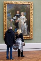 59e84befea5f4-Photographer-goes-through-the-museums-to-capture-the-similarities-between-the-paintings-and-the-visitors-and-the-result-will-impress-you-59e6fb4604802__700